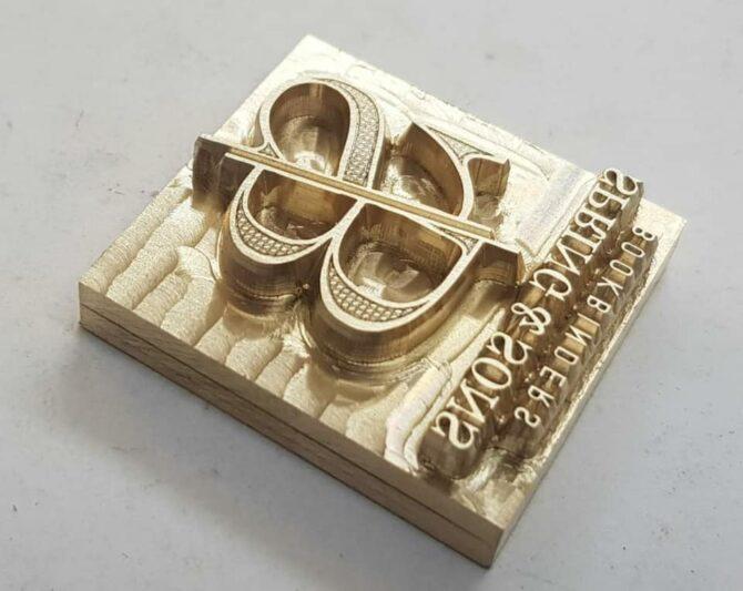 הלוגו שעיצבנו הופך למבלט לצורך הטבעה על גבי כריכות ומוצרים שונים